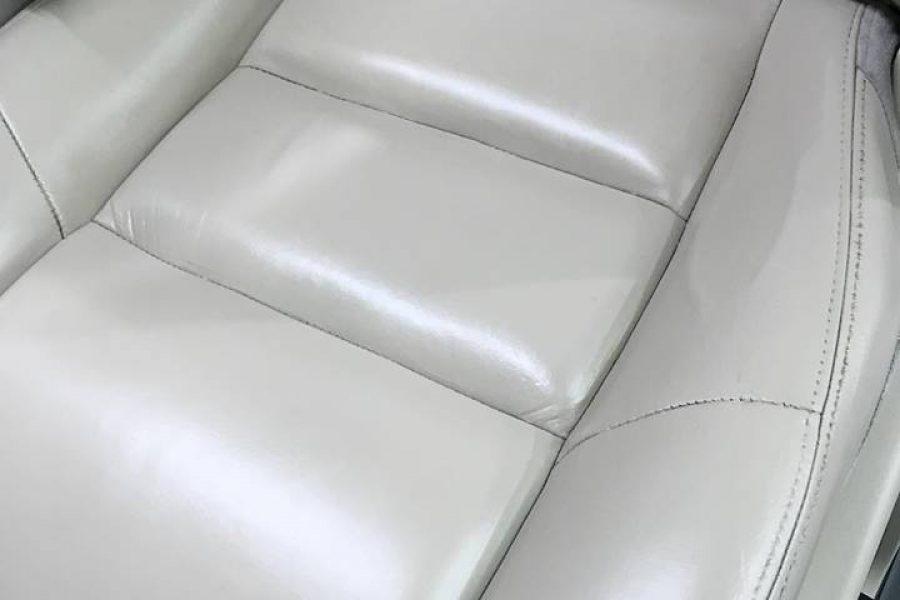 Come riparare un taglio su un sedile di pelle di un'auto