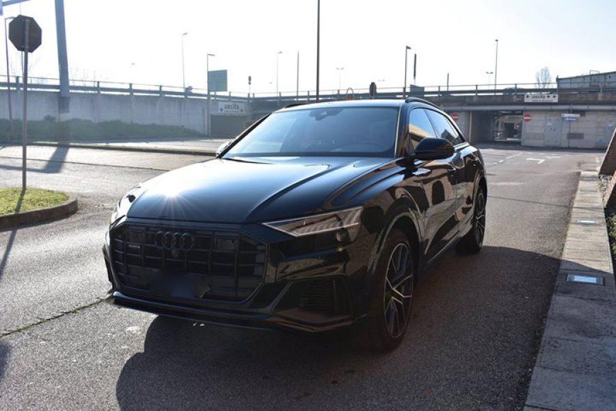 La grossa  #Audi  #Q8 in veste nero orca metallizzato.  Auto nuova che andava su…